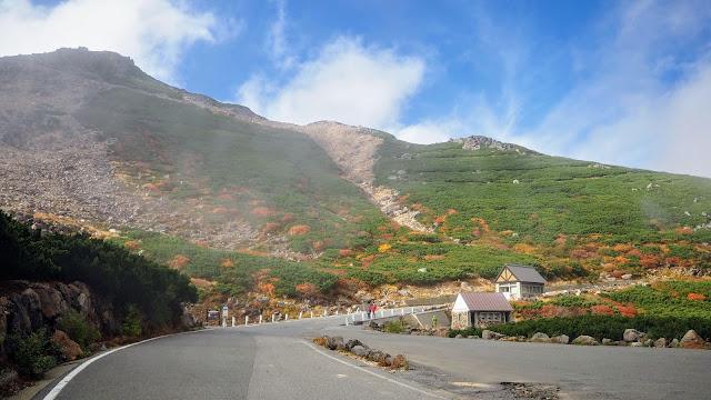 乗鞍観光センター前(標高:1,460m)から乗鞍エコーラインで日本の車道最高地点(標高:2,716m)を経て畳平へ。畳平から乗鞍スカイラインで平湯(標高:1,270m)まで下るサイクリングコース