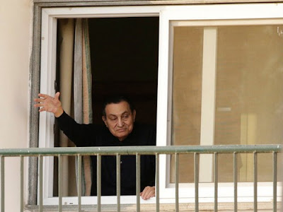 Hosni Mubarak waved to supporters in 2015 from the Maadi Military Hospital in Cairo.