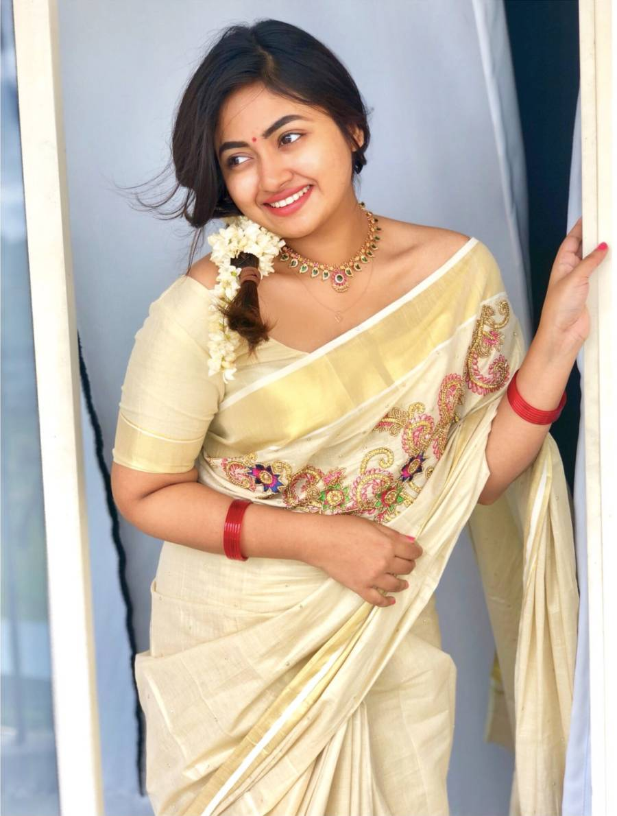 Beautiful Malayalam Actress Shaalin Zoya in Kerala White Saree