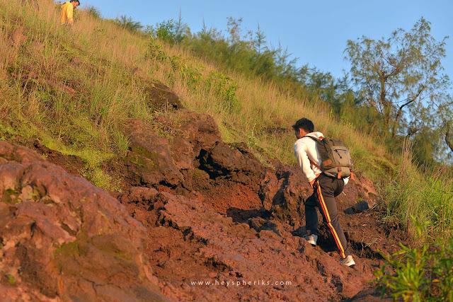 Trek bebatuan gunung batur