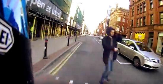 Pedestre quase atropelado por moto