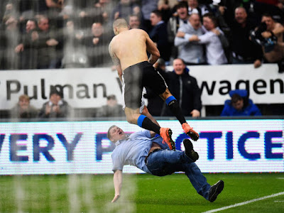 howay the lads, Aleksandar Mitrović, goal celebartion, fan running on to the pitch, Newcastle, Sunderland