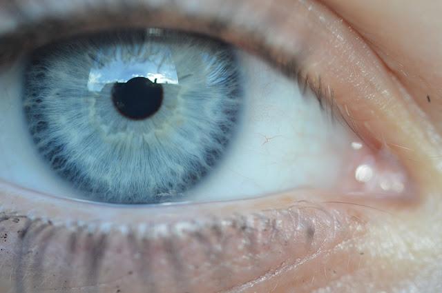 ojo con lentillas azules