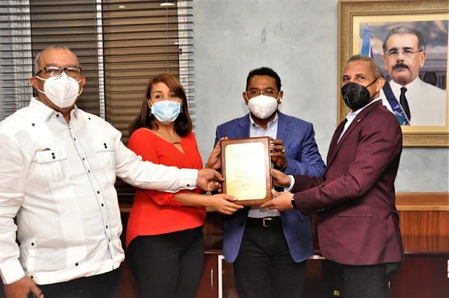 Junta de Vecinos de San Cristóbal entrega reconocimiento al Administrador de EGEHID