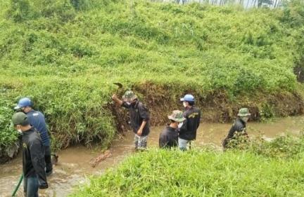 Satgas sektor 21-8 Gelar Karya Bakti Sungai Cilisung Desa Sukamukti