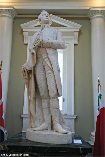 Escultura de Joseph Warren en el Interior del Monumento de Bunker Hill en Charlestown, Boston