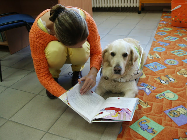Linda čte Cilce z knihy