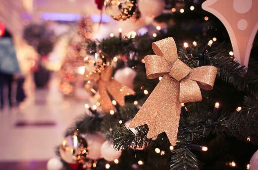 Shopping for juletre dekorasjoner