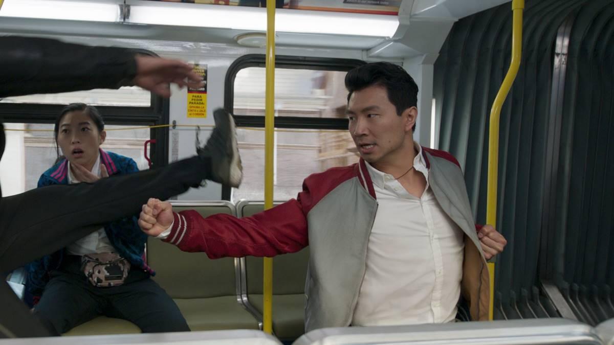 Shang-Chi bertarung di dalam bus