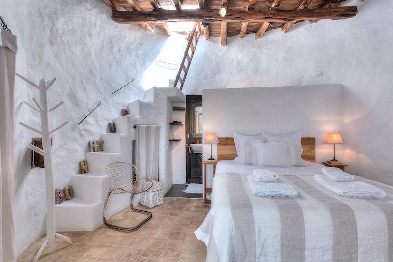 Dormitorio en casa de campo de estilo ibicenco