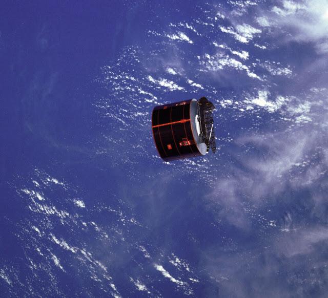 إطلاق القمر الصناعي SYNCOM IV-3 من مكوك الفضاء الأمريكي Discovery ، في 12 أبريل 1985