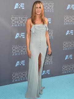 Betapa Malunya, Jennifer Aniston Pakai Baju Baru yang Masih Ada Tag Harganya