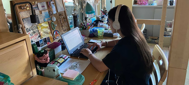 Muchos niños y jóvenes estudian por internet en casa debido a la epidemia del coronavirus.© UNICEF/Lisa Adelson