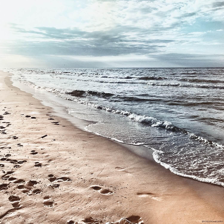 plaża w dębkach o zachodzie słońca we wrześniu