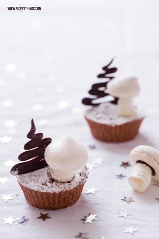 Weihnachtliche Muffins Cupcakes mit baiser Pilzen und Schokoladen Bäumen #weihnachten #muffins #cupcakes #weihnachtsbäckerei #baiser #baiserpilze