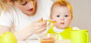 طريقة فطام الطفل من الرضاعة الطبيعية ام تغذى طفلها يأكل طفل صغير بيبى woman child baby eat kid
