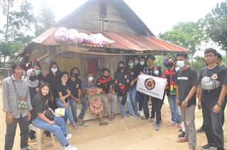 Perayaan Natal 2020 Barisan Muda Toraja (BMT) berbagi kasih kepada sala satu warga Nenek Anti di Dusun Alloan, Lembang Marinding, Kecamatan Mengkendek Tana Toraja. Rabu (23/12/20