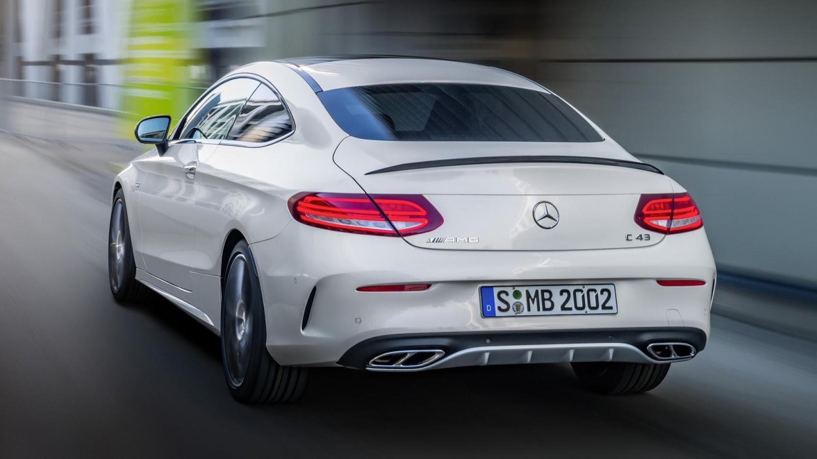 Phía sau của Mercedes AMG C43 Coupe 2017 rất ấn tượng với ống xả 4 lỗ