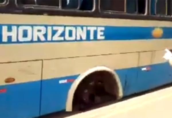 Ônibus da Novo Horizonte solta roda e assusta passageiros