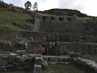 cascada en las ruinas de tambomachay