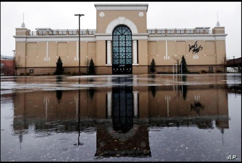 ARCHIVO - El estacionamiento de una tienda Lord and Taylor en Salem, New Hampshire, luce inundado y desierto, luego de la bancarrota de la exclusiva cadena de tiendas / AP