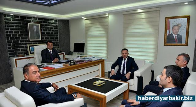 DİYARBAKIR-Kayyım atanan Diyarbakır'ın merkez Sur ile Silvan ve Hani Belediyelerini ziyareti sırasında Vali Aksoy'a İçişleri Bakanlığı Müsteşar Yardımcısı Dr. Mehmet Tekinarslan ve Başbakanlık Güvenlik İşleri Genel Müdür Yardımcısı Halil Bağcı eşlik etti.