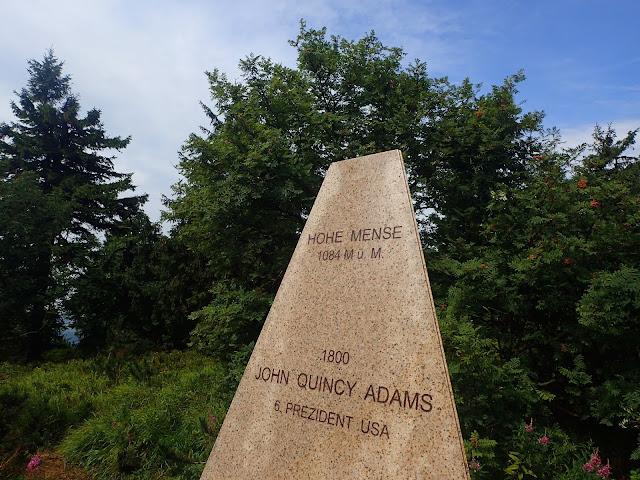 Obelisk upamiętniający wizytę paru znanych osób