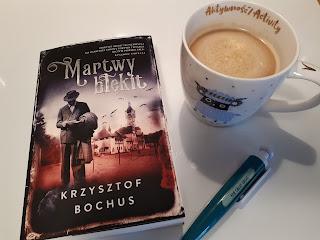 """Pasja, która prowadzi do zbrodni, czyli recenzja """"Martwego błękitu"""" Krzysztofa Bochusa."""