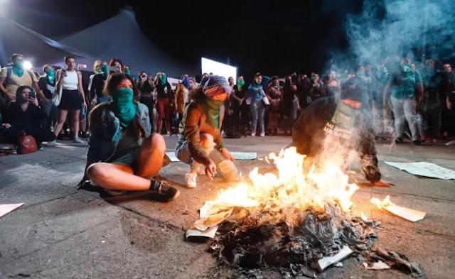 Feministas queman libros  en la Feria Internacional del Libro de Guadalajara
