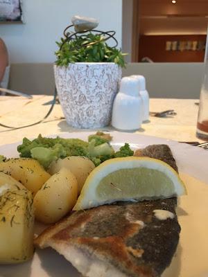 Fangfrischer Zander mit Dillkartoffelchen und Brokkoli - genau das richtige Essen nach einem anstrengenden Blogger-Relax-Tag :) © diekremserin on the go