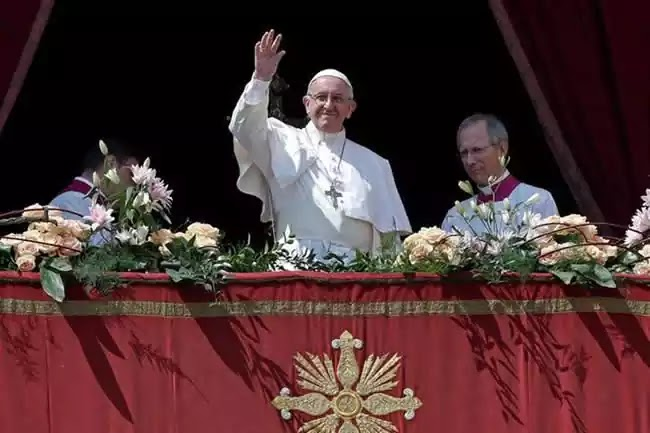 Paus Fransiskus Pada Pesan Paskah 2017 di Basilika Santo Petrus Vatikan