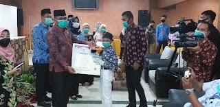 Pj Sekda Provinsi Jambi Menyerahkan Hadiah Lomba Perpustakaan Dan Kepustakawanan Tingkat Provinsi Serta Tingkat Nasional.