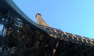 Fransa Paris Eyfel Kulesi altından geçerken.