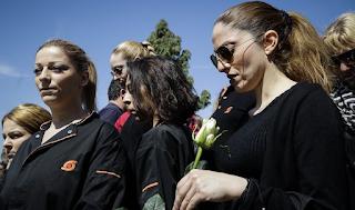 Με την στολή εργασίας τους οι εργαζόμενοι στην κηδεία του Σκλαβενίτη - ΕΙΚΟΝΕΣ