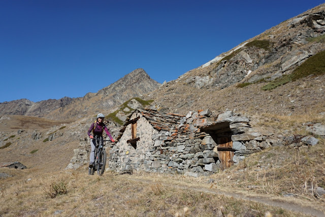 vttae devant les chalets d'alpage dans le vallon de Grauson dans le val d'Aoste