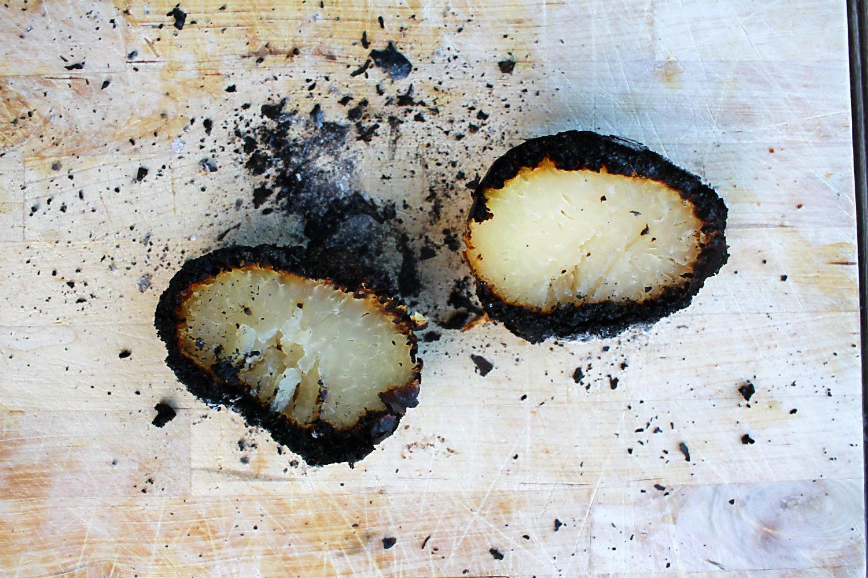 Kohlrabiknolle in der Glut gegart, aufgeschnitten | Arthurs Tochter kocht. von Astrid Paul. Der Blog für food, wine, travel & love