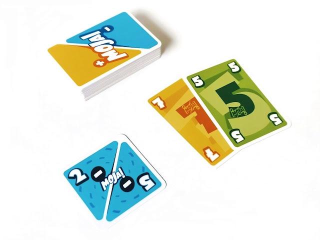 na zdjęciu stos kart zakrytych a obok lezy karta z działaniem z liczbami -2 i -5 obok leża karty o wartościach 7 i 5