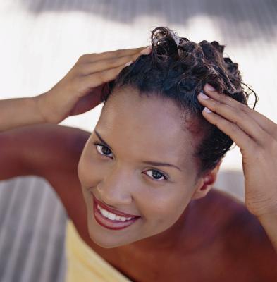 cheveux boucl s l 39 importance de bien prendre soin de son cuir chevelu. Black Bedroom Furniture Sets. Home Design Ideas
