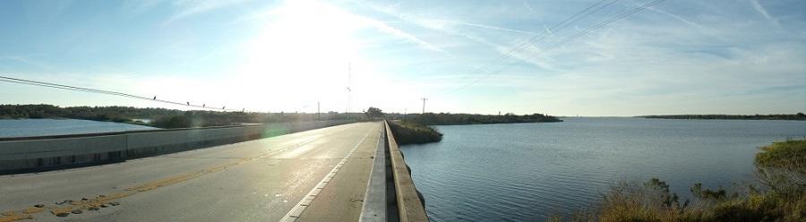 Cruzando el rio y lago Manatee por la State Road 64