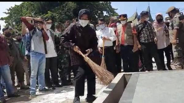 Viral Aksi Risma Nyapu Halaman Makam Syekh Burhanuddin Ulakan di Sumbar