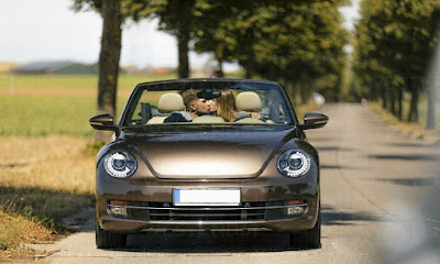 210127120624_couple-kissing-in-convertible-car-on-a-country-road-GUSF01410