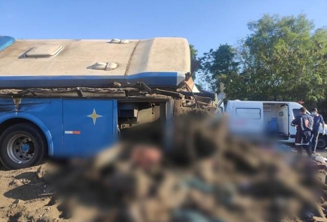 Acidente envolvendo ônibus e caminhão deixa mais de 20 mortos no interior de SP