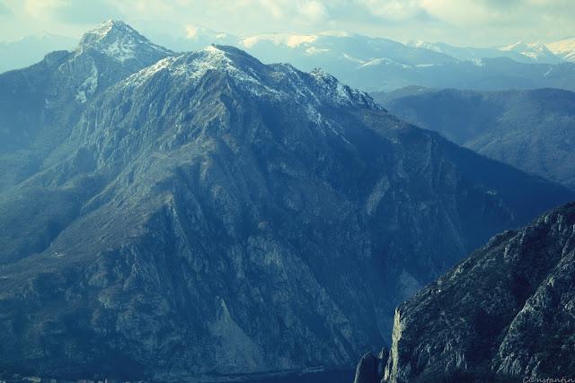 Vedere spre culmile Alpilor. În depãrtare se zãresc culmile din Elveţia.