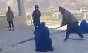 अफगानिस्तान में बॉयफ्रेंड से फोन में बात करने के लिए इस लड़की को कोड़े से मारा गया सबके सामने।  क्या आपने कभी सोचा है कि फोन करने पर आपको चाबुक से मारा जा सकता है। एक शर्मनाक घटना अफगानिस्तान में हुई है जहां एक लड़की को अपने बॉयफ्रेंड से फोन में बात करने के लिए इस युवती को 40 कोड़े मारे गए सबके सामने कट्टरपंथियों के  द्वारा ।  अफगानिस्तान में एक युवती को एक युवक से फोन में बातचीत करने के लिए इस युवती को ऐसी क्रूर सजा दी गई जिसे देखकर आपकी रूह भी कांप उठेंगे।  आप सोच रहे हैं कि सिर्फ एक युवक से फोन में बातचीत करने के लिए इतनी भयानक सजा कौन देता है।  इससे भी शर्मनाक बात यह है कि वहां के जो कट्टरपंथी थे वह लोग और उनके साथ साथ पूरा समाज इस शर्मसार करने वाली काम को देखते रहे और फोन में इसका वीडियो भी बनाए ।   जिसके बाद इस वीडियो को सोशल मीडिया पर अपलोड किया । सोशल मीडिया पर अपलोड करने के बाद यह वीडियो आग की तरह वायरल हो गया ।और लोग इस वीडियो की निंदा और शर्मसार करने वाली वीडियो और इसे आपत्तिजनक वीडियो भी कह रहे हैं।  आपको बता दें कि अफगानिस्तान में एक कानून है जिसे शरिया कानून कहते हैं ।  Afghanistan में कट्टरपंथियों का दावा था कि इस युवती ने इस शरिया कानून का उल्लंघन किया है इसीलिए इसे ऐसी क्रूर  सजा दी जा रही है।   आप इस घटना के बारे में क्या सोच रहे हैं क्या इस युवती को सजा देनी चाहिए थी?  आपको जो भी लगता है कमेंट बॉक्स में जरूर कमेंट करके बताइए।  क्या आप अफगानिस्तान में जो शरिया कानून है इस कानून को गलत या फिर सही समझते हैं अपना राय कमेंट बॉक्स में बताइए।