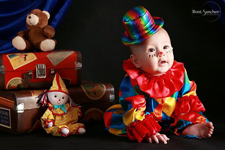 Foto de bebê vestido de palhacinho, bebê palhacinho, bebê em fotos, cenário de bebê, fotos de bebê, book bebê,foto de criança, ensaio infantil,estudio bebê