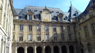 Die Sorbonne ist ein historisches Gebäude aus dem 19. Jahrhundert im Pariser Studentenviertel Quartier Latin.