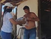 Cestas básicas do programa Comida na Mesa são entregues aos moradores de Capinzal do Norte