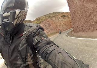 A vista da estrada por outro ângulo no caminho para Ollantaytambo / Peru.
