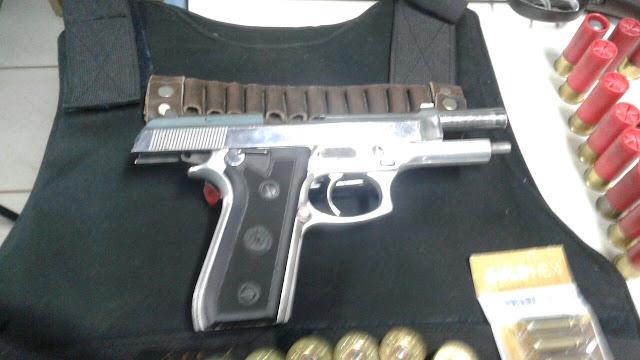 """Polícia Civil apreende verdadeiro arsenal em armas de grosso calibre, munição, colete a prova de balas e dinheiro com membros da temida """"Família Pocan"""" em Cacoal"""