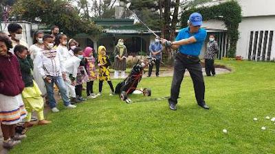 Dubes Al Busyra Ajarkan Pelajar Ethiopia Bermain Golf